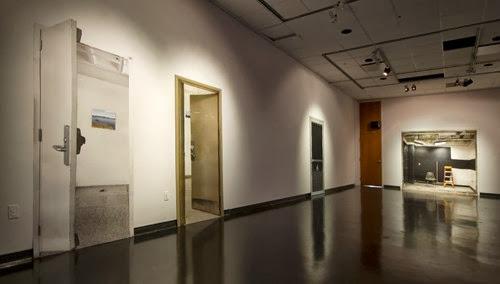 Les murmures des murs coulent dans les craques du plancher et les plafonds tombent, Large format print with video projection